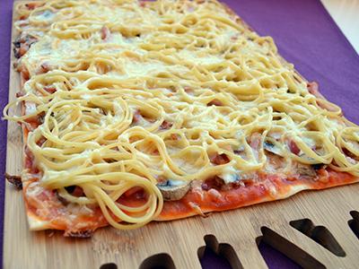 Pizza con espaguettis